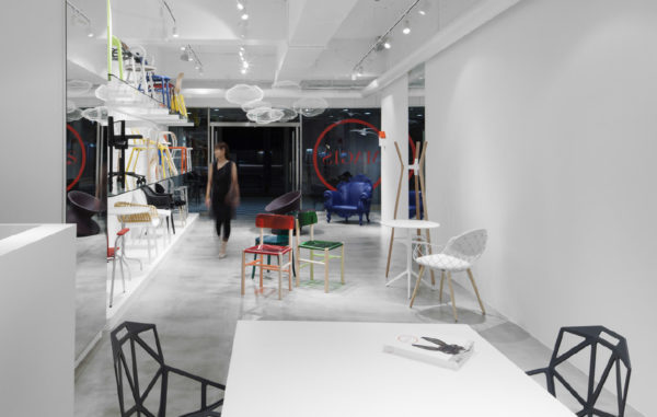 showroom magis. Black Bedroom Furniture Sets. Home Design Ideas